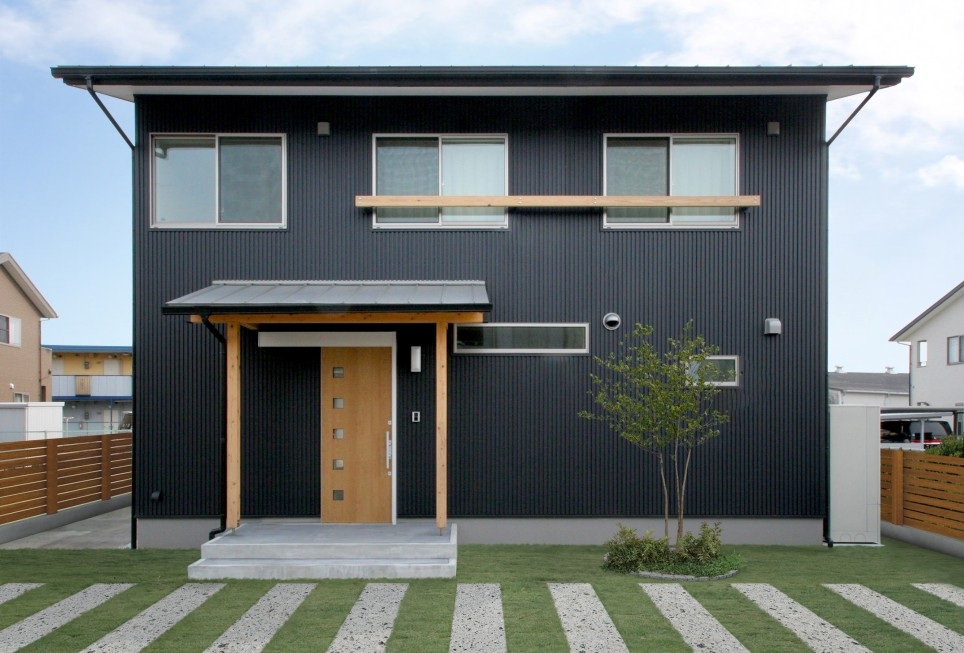 トータルコストを考えれば、外壁材はガリバリウム鋼板や塗り壁
